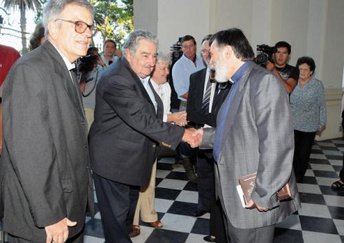 Saludo entre el Presidente de la República Sr. José Mujica, acompañado por la senadora Lucía Topolansky, y el pastor Raúl Sosa, Presidente de la IMU.