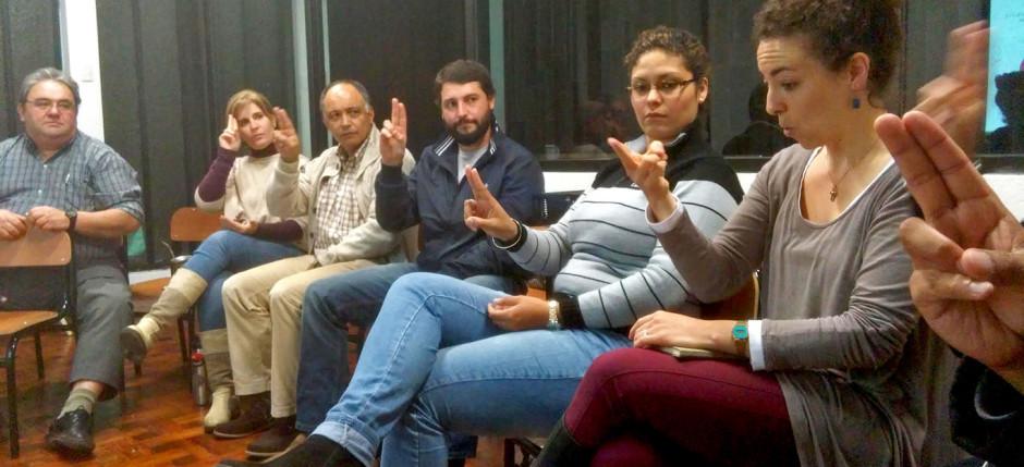 """La Pastora Verónica enseñando como decir: """"queremos comunidad en Salto"""" en lenguaje de señas uruguayo"""