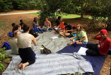 Verónica enseñando a un grupo de jóvenes sobre la práctica espiritual Lectio Divina
