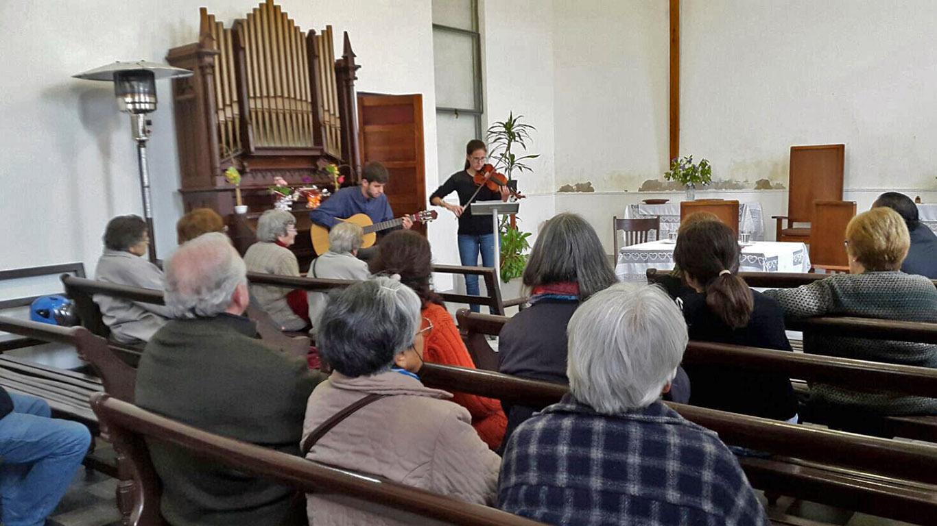 """El encuentro comenzó con la interpretación en violín y guitarra del tema """"Imagine"""" por parte de Bea y Michel."""